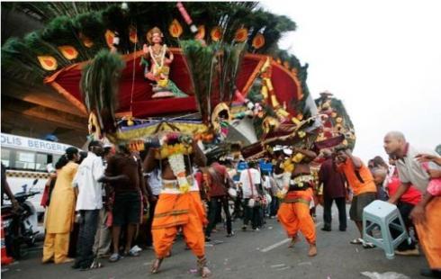 Những người theo đạo Hindu rước kiệu đi 272 bước theo đền Batu đễ chuộc tội lỗi của họ.