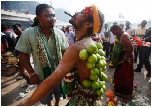 Lễ hội cũng có sự tham gia của người Ấn giáo, các Kitô hữu và người Sikh.