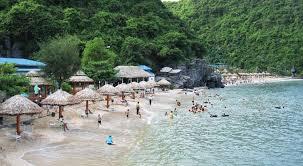 Bãi tắm Cát Cò đông đúc du khách mỗi dịp hè về