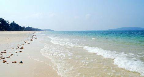 Bãi biển Hồng Vàn với bờ cát trắng mịn, dòng nước biển trong xanh veo