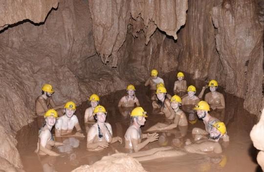 Tắm bùn hang động - Dịch vụ du lịch mới tại Hang Tối
