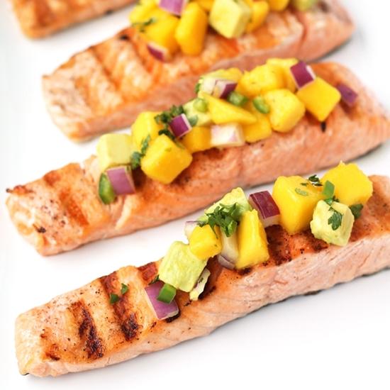 Hấp dẫn ngon miệng với cá hồi chiên với salad bơ xoài