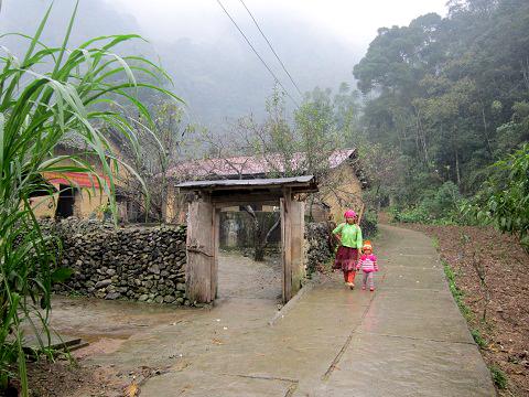 Con đường đến nhà của Pao hoang sơ mà nên thơ