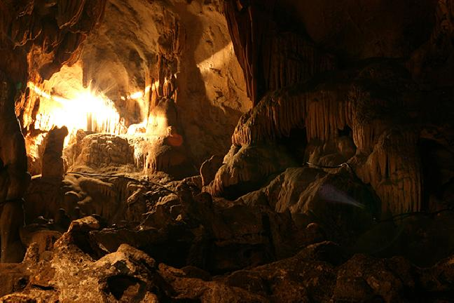 Vẻ đẹp huyền bí của hang Mỏ Luông ở Mai Châu