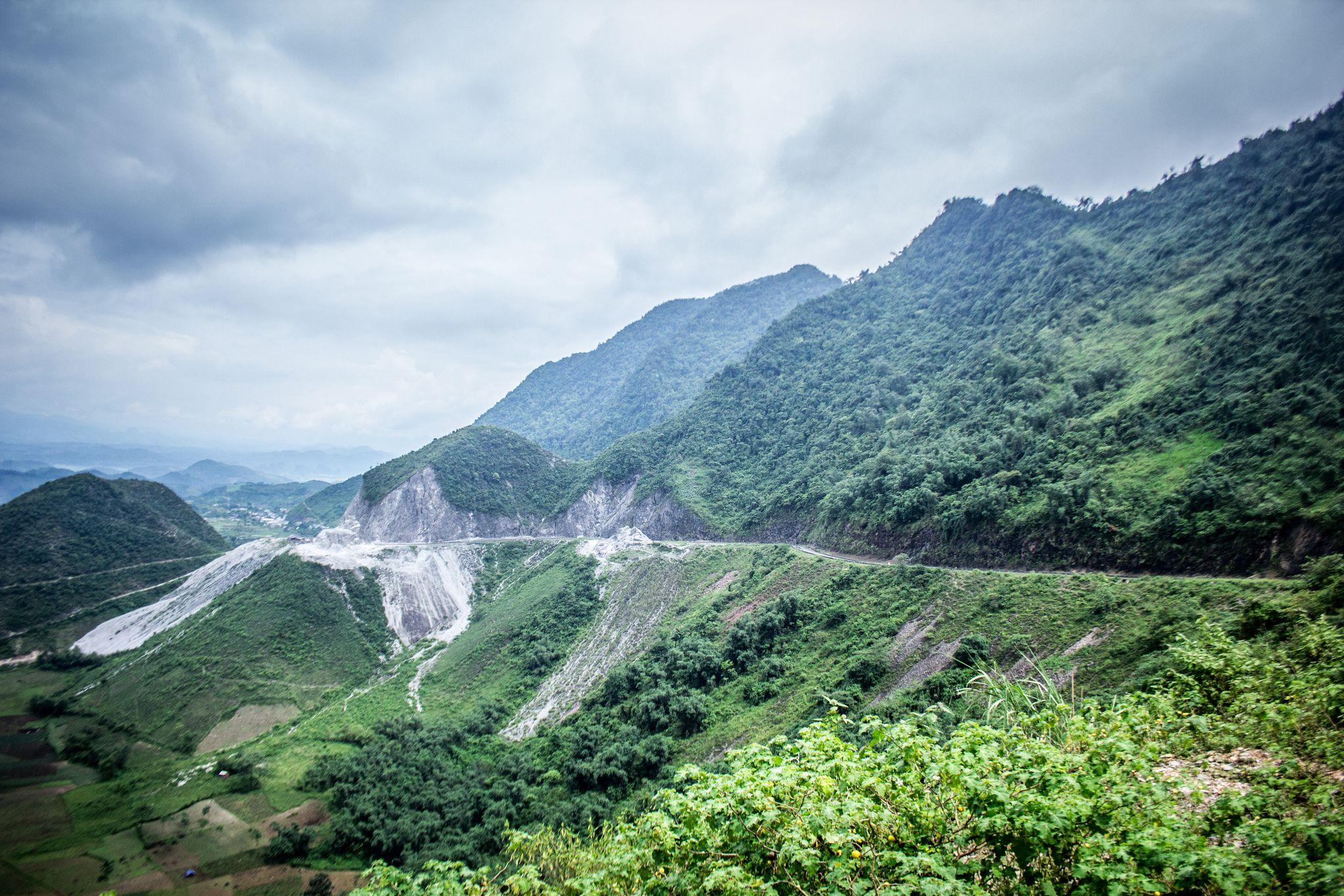 Đèo Thung Khe đi ngang qua những ngọn núi nối tiếp nhau