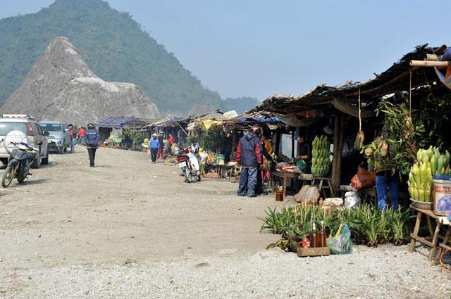 Là nơi bán các loại nông sản do người dân tự làm ra như ngô, mía, măng rừng...