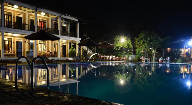 Bể bơi ngoài trời của khách sạn lúc về đêm