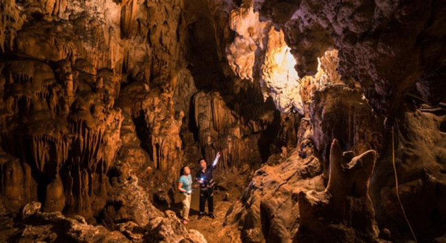 Du khách khám phá những động nhỏ trong Hang Mỏ Luông