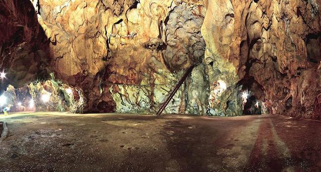 Bên trong Hang Mỏ Luông