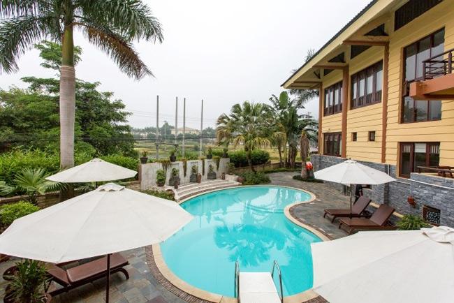 Khu bể bơi ngoài trời của khách sạn