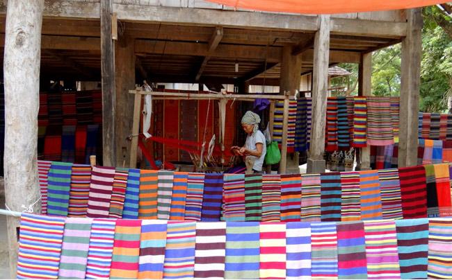 Người dân nơi đây bán những sản phẩm thổ cẩm tự tay làm