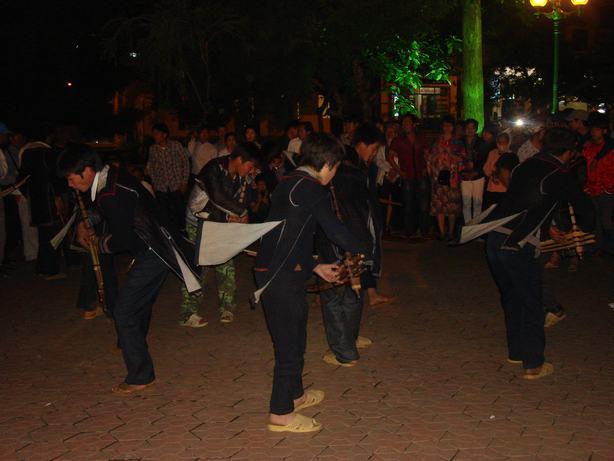 Các chàng trai thổi khèn trong phiên chợ tình Sapa