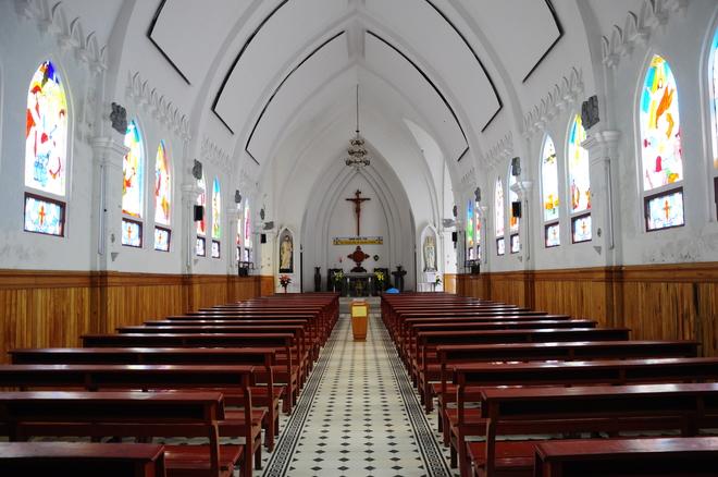 Không gian bên trong nhà thờ đá Sapa