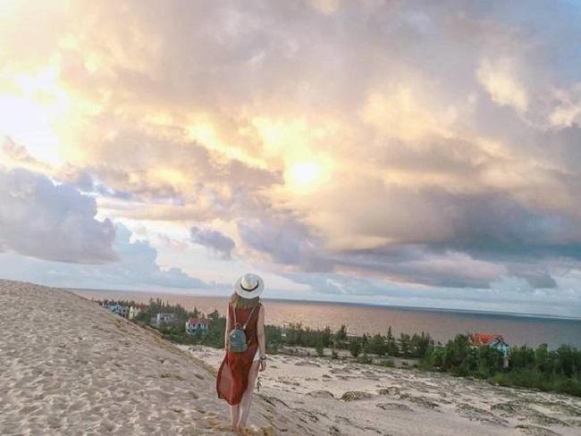 Từ cồn cát nhìn ra biển