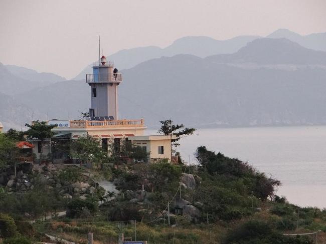 Vẻ đẹp từ xa của ngọn Hải Đăng Cô Tô
